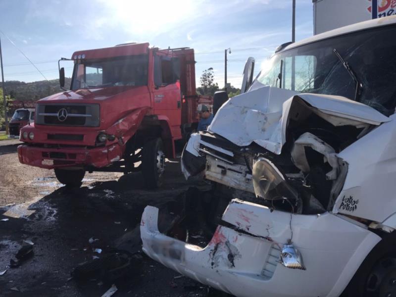 Colisão entre dois caminhões altera trânsito na BR-471 em Santa Cruz