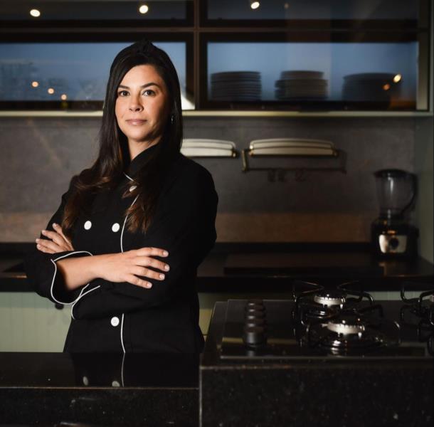 Profissional chegou a fazer curso de culinária na Austrália e abriu um empreendimento em Linha João Alves