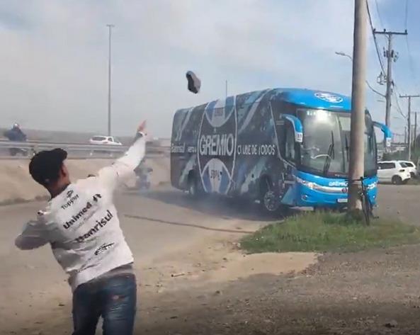 Torcedores arremessaram pedras contra o ônibus