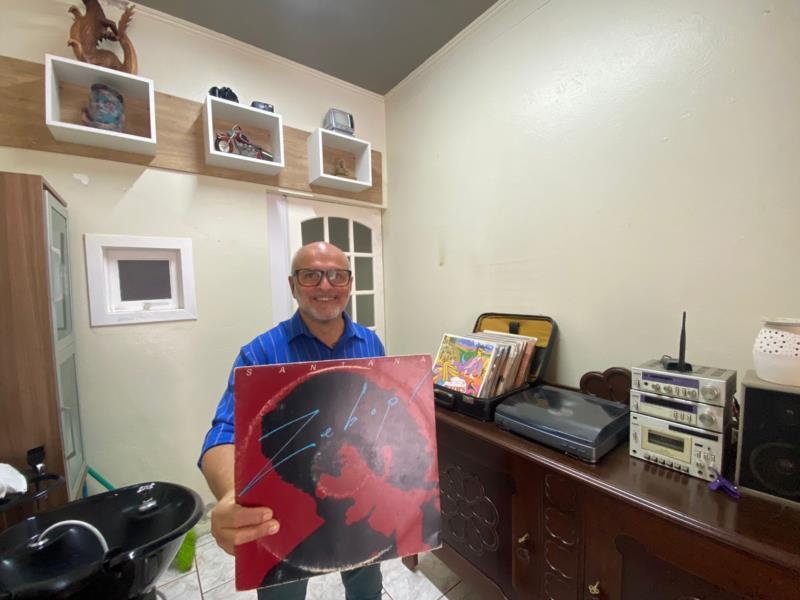 Espaço conta com discos de vinil, onde o cliente pode escolher o que quer ouvir enquanto é atendido