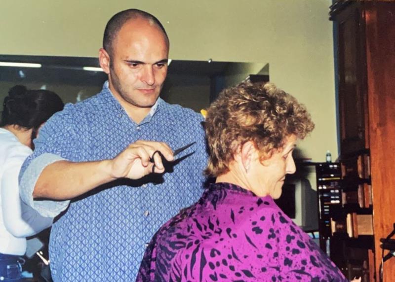 Jairo cortando o cabelo da sua mãe Marlize