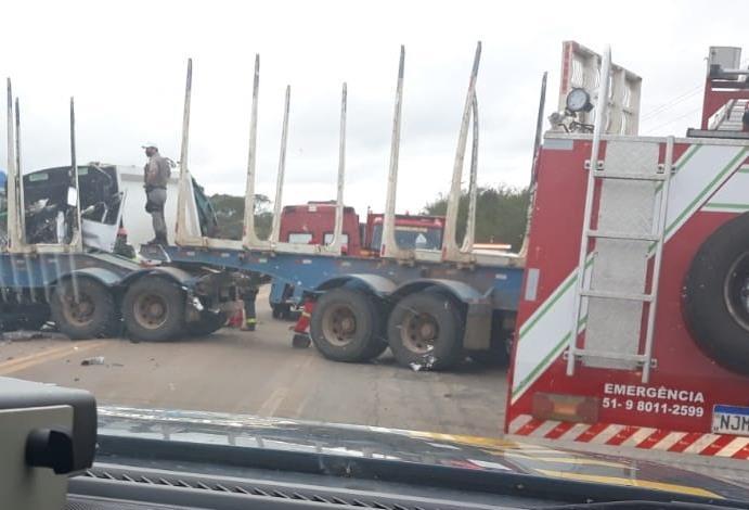 Colisão entre duas carretas deixa homem morto na BR-290
