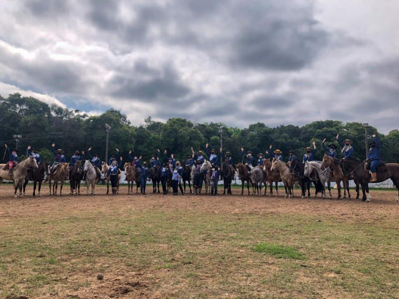 Cavalgada das Anitas reúne mais de 20 mulheres para exaltar a tradição gaúcha em Santa Cruz