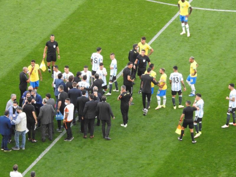 Agentes da Anvisa entram em campo e interrompem partida entre Brasil e Argentina
