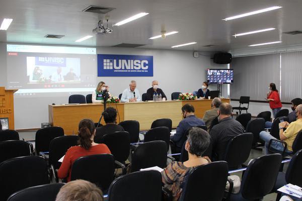 Assembleia inicial da Consulta Popular no final desta sexta-feira, na Unisc, debateu processo