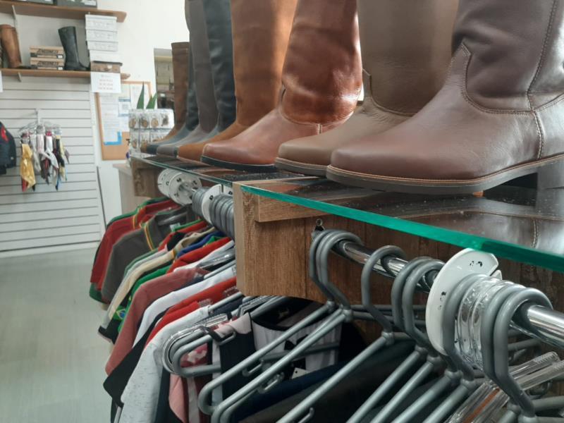 Sem desfiles, lojas buscam alternativas para comercializar indumentárias gaúchas em Santa Cruz