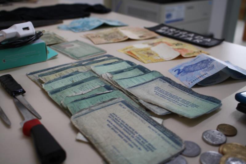 Documentos e dinheiro foram apreendidos