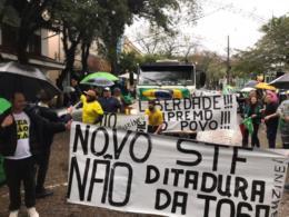 Ato ocorre em frente à Praça da Bandeira, de forma pacífica e reuniu centenas de manifestantes