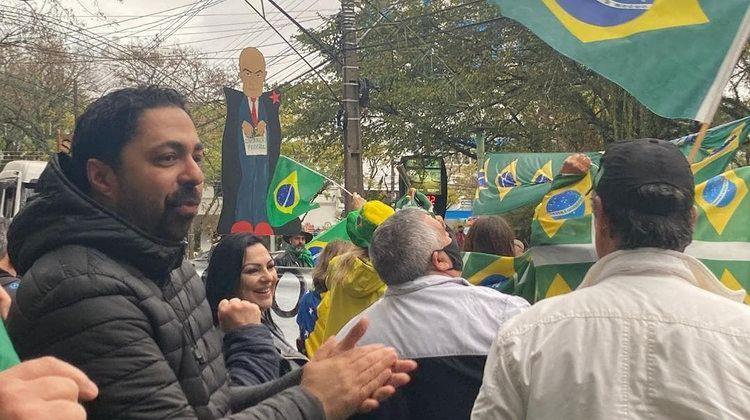 Manifestação contou com centenas de pessoas e veículos que protestaram de forma pacífica