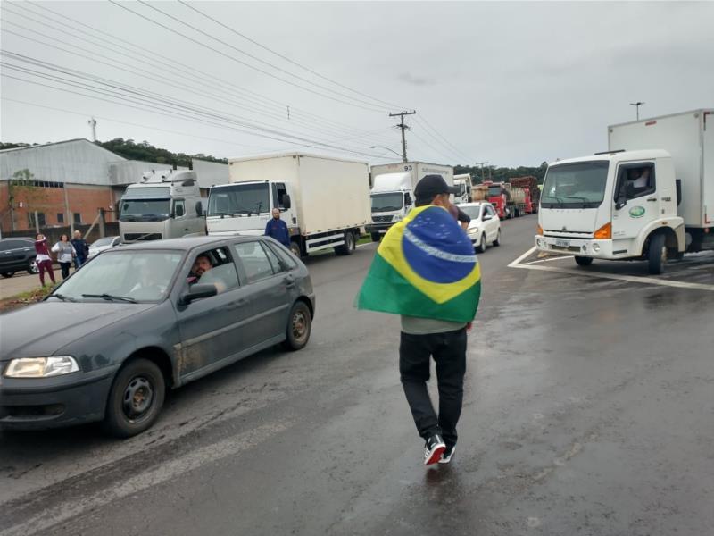Dezenas de caminhoneiros estão mobilizados