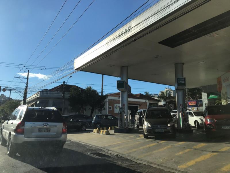 Fila registrada no posto de combustível situado na Tenente Coronel Brito Esquina com a Pinheiro Machado