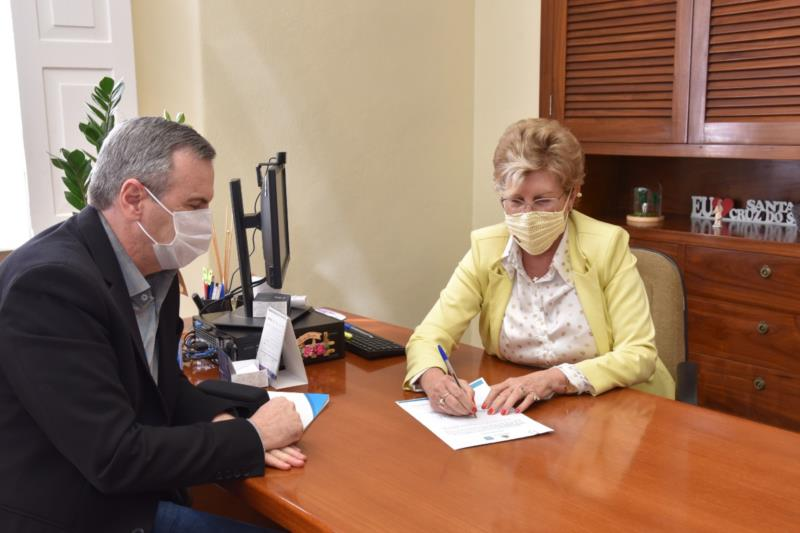 Prefeita Helena Hermany e vice-prefeito Elstor Desbessel assinaram o ato