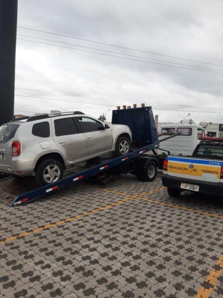 O veículo, autuado pelo Código de Trânsito Brasileiro e pela lei municipal 8.616, também estava com o licenciamento vencido
