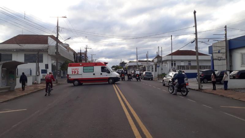Colisão entre os dois veículos aconteceu na rua Roberto Gruedling