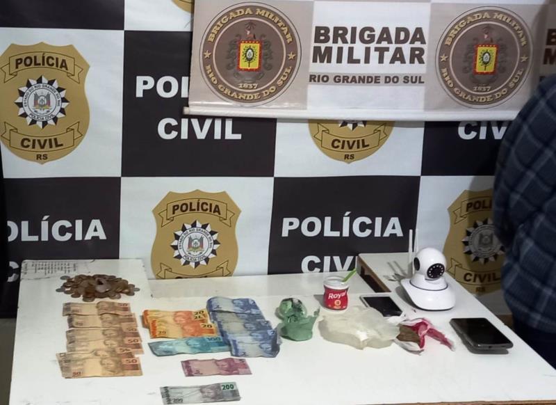 Foram apreendidas drogas, celulares, uma nota falsa, televisores furtados e dinheiro
