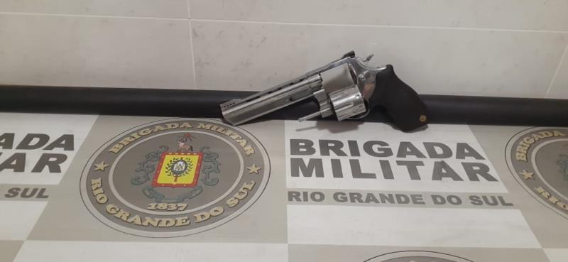 Homem é preso com arma furtada no bairro Ana Nery
