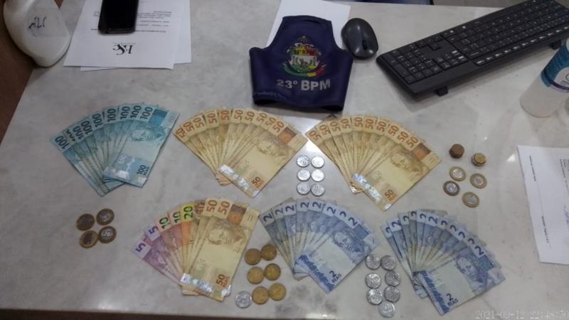 Dinheiro foi apreendido pelos policiais