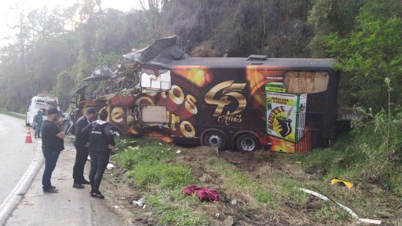 Ônibus perdeu o freio e bateu em um paredão de pedras