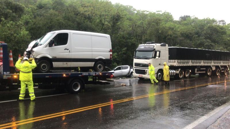 Três veículos se envolveram na colisão
