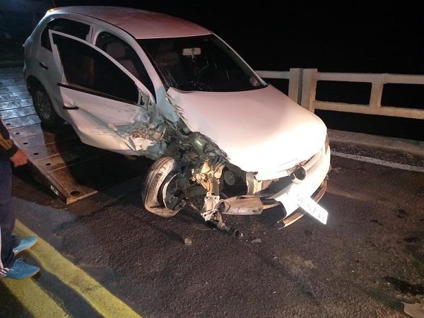 Automóvel colide na ponte sobre o rio Botucaraí