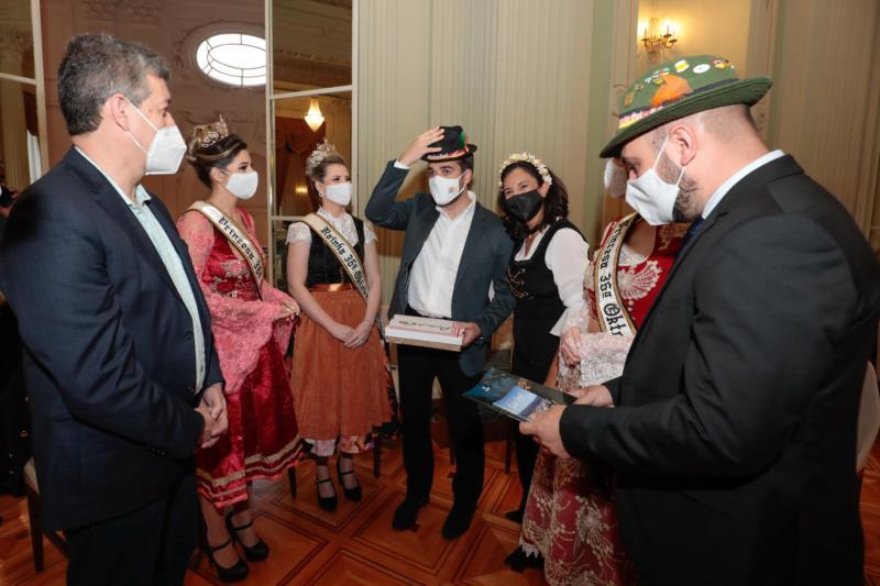 Comitiva da 36ª Oktober convida governador Eduardo Leite
