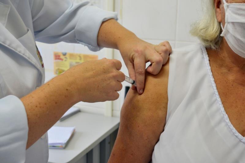 Inicialmente, aplicação da vacina da Pfizer ocorre nos idosos moradores de ILPIs ou que tenham 70 anos ou mais