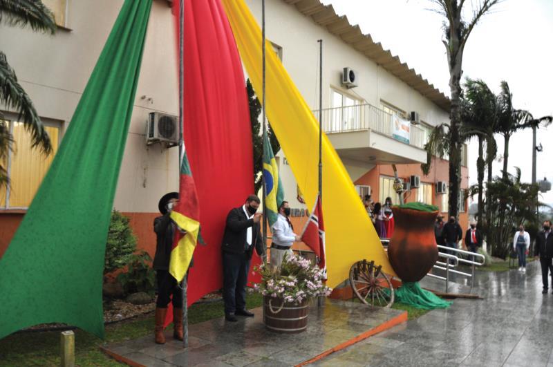 Mesmo com a chuva, autoridades municipais não deixar de realizar ato simbólico