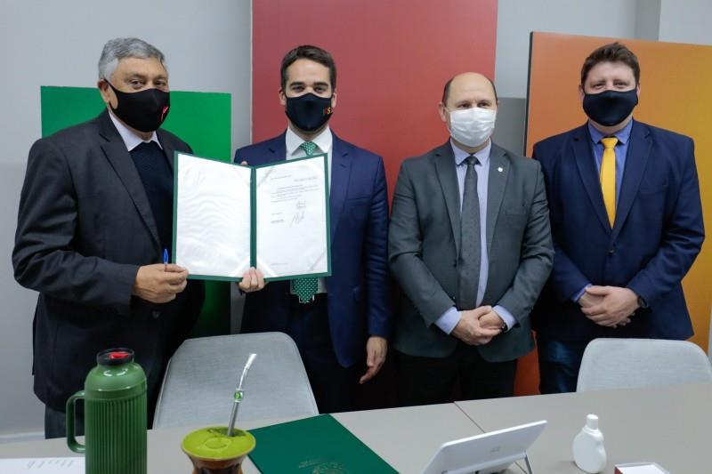Deputado Adolfo Brito, governador Leite, deputado Elton Weber e o chefe de Gabinete da Casa Civil, Jonatan Brönstrup