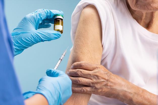 Vacinação será para idosos com 80 anos ou mais que receberam a primeira dose em fevereiro ou março