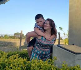 Família faz rifa para custear óleo de canabidiol para criança com autismo severo em Venâncio