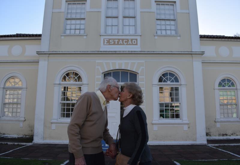 Egon e Laura se beijam em frente à Estação Férrea