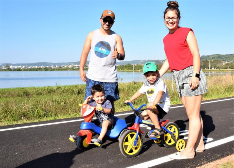 Guilherme e Augusto com os pais Amanda e Marcus Napar