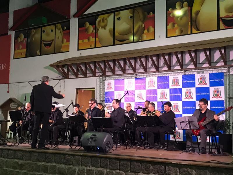 Orquestra Santa Brass Band se apresentou na manhã desta terça-feira