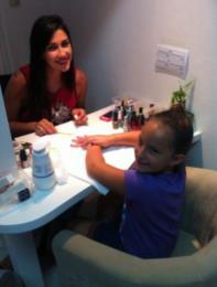 Thais iniciou como manicure aos 19 anos, atendendo em casa