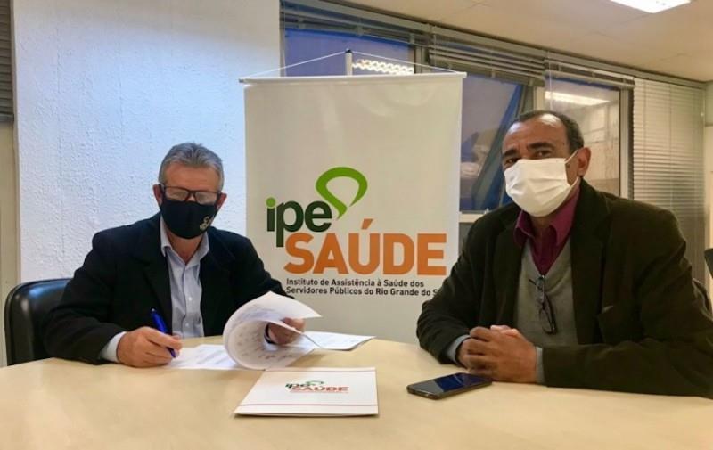 Diretor-presidente do IPE Saúde, Júlio Cersar Vieiro Ruivo, e o vice-prefeito de Arroio Grande, Casca Silva