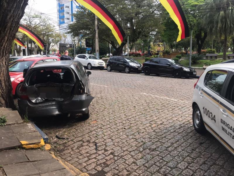 Carro que estava estacionado foi atingido