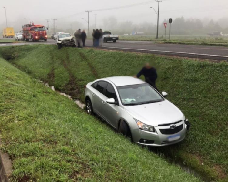 Carro vai parar em vala após colisão em Santa Cruz