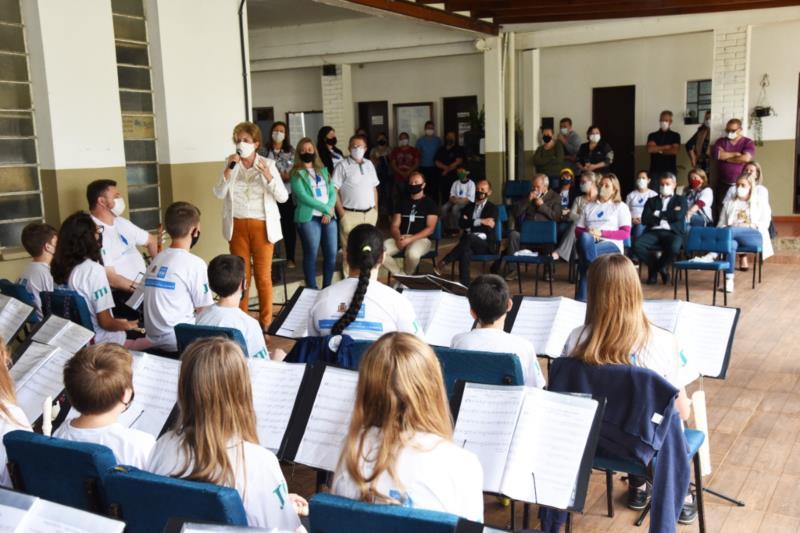 Crianças do projeto Melodia dos Anjos fazem homenagem ao aniversário do município