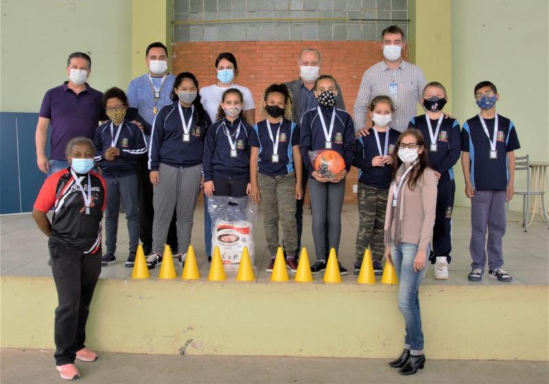 Alunos e professores recebem medalhas por participação nos Jogos de Inclusão