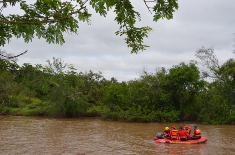 Bombeiros realizam treinamentos de condução de embarcação e resgate aquático em Vera Cruz