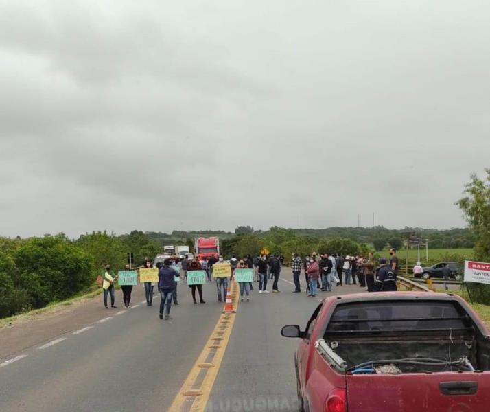Manifestantes estão concentrados no trevo de acesso ao Bairro Ramiz Galvão, em Rio Pardo, nesta segunda-feira