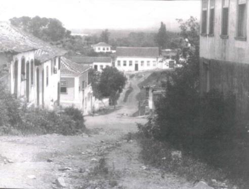 Rua São Francisco em direção à Rua da Ladeira. Vista do sobrado do Almirante Alexandrino de Alencar e o Hotel dos viajantes