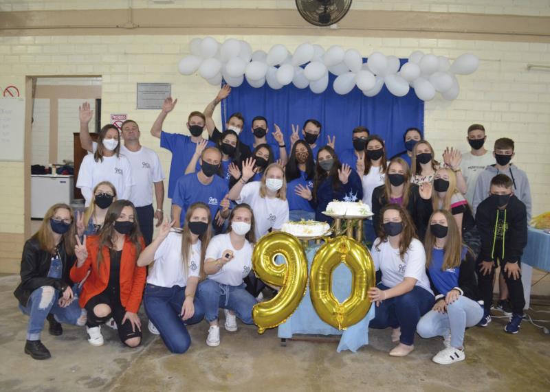 Grupo de jovens se reuniu na noite de domingo para comemorar aniversário