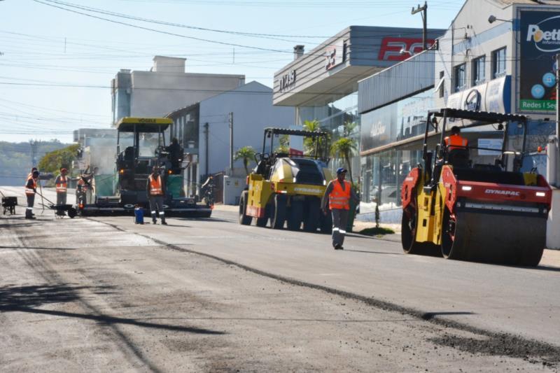 Com o intuito de melhorar os principais acessos à cidade, a Prefeitura de Santa Cruz do Sul realiza o serviço de recapeamento na Rua Júlio de Castilhos.