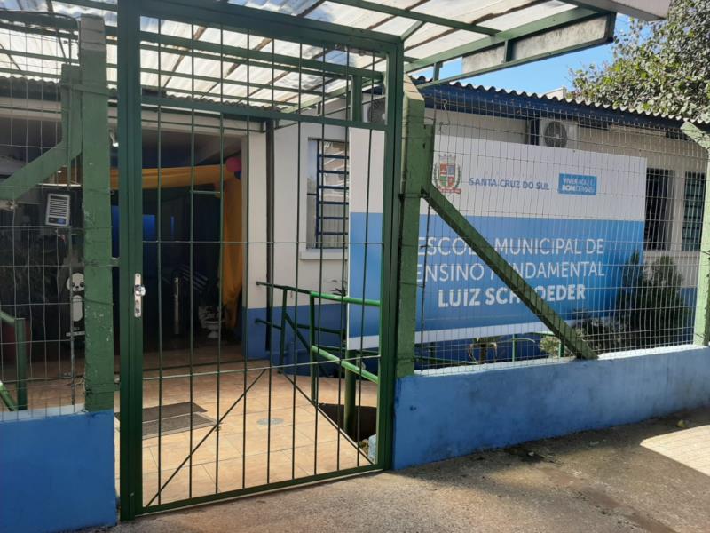 Portões são abertos apenas em horários específicos para a entrada e saída dos alunos