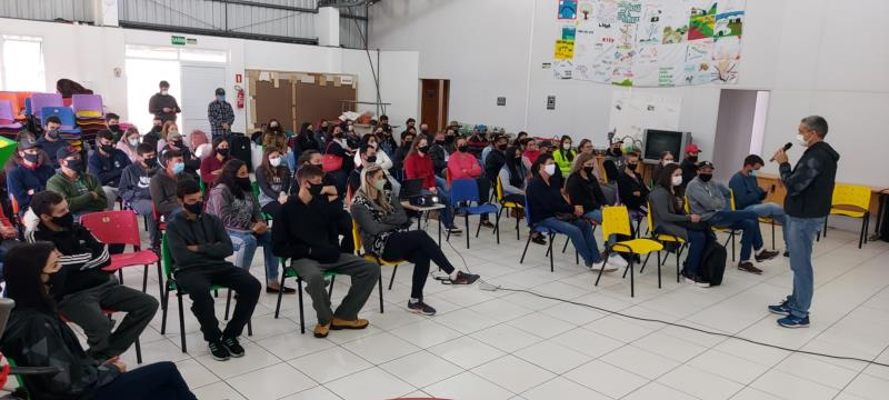 Alunos voltaram para a sede em Linha Santa Cruz depois de um ano e seis meses de ensino remoto