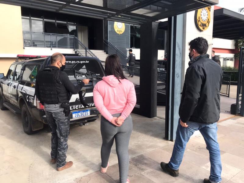Mulher é suspeita de guardar drogas e armas a traficante que comanda o tráfico na zona leste de Santa Cruz