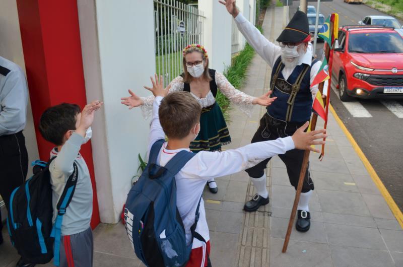 Avós vestem trajes germânicos e buscam netos em escola de Santa Cruz