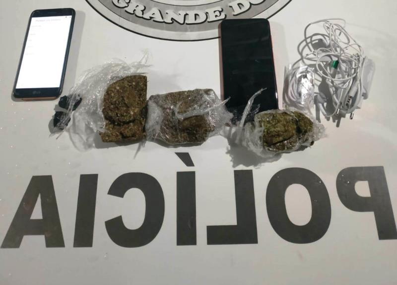 Drogas, celulares, carregadores e fones de ouvido foram localizados pela guarda externa