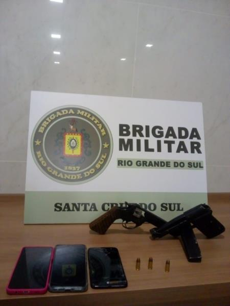 Armas foram apreendidas pelos policiais